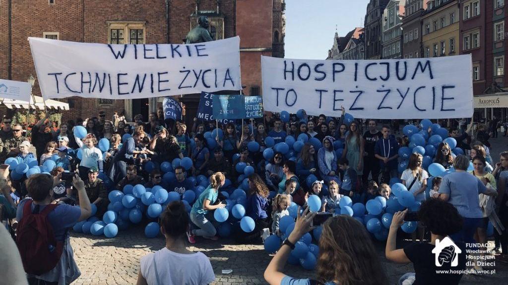 Wspólne zdjęcie organizatorów i uczestników wydarzenia na Wrocławskim rynku