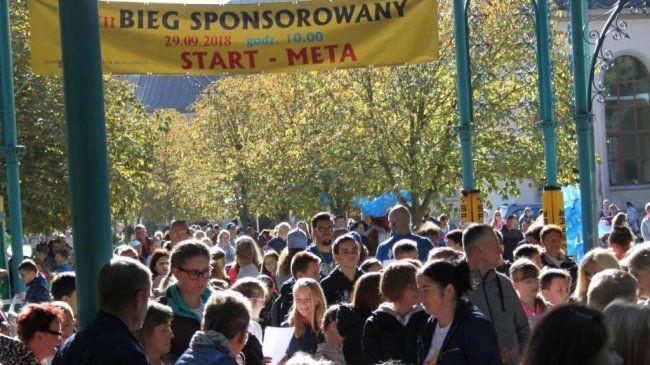 Oczekująca grupa ludzi na starcie biegu