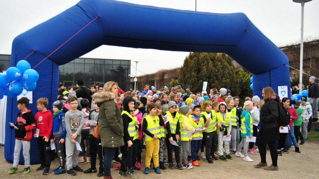 Bardzo duża grupa dzieci na starcie biegu