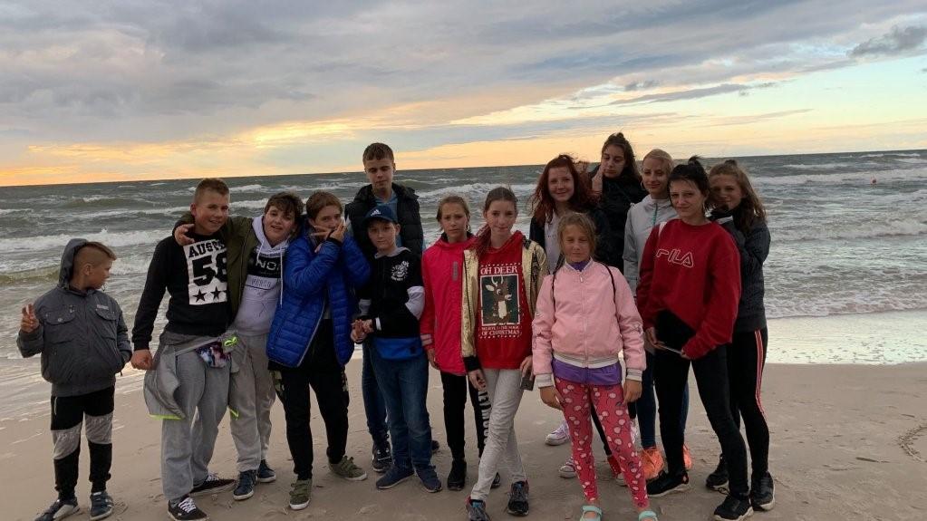 Wspólne zdjęcie grupy dzieci nad morzem
